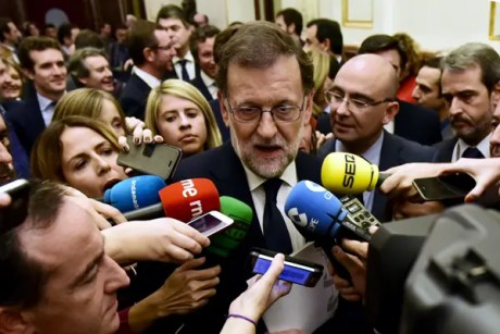 spanish-interim-prime-minister-mariano-rajoy-c-speaks-with-journalist%ef%80%a2%ef%80%a2javier-soriano-%ef%80%a2-afp