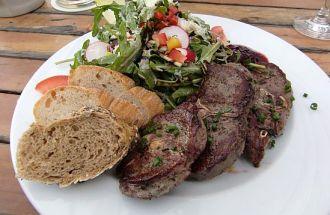 Rehkoteletts mit Ruccolasalat im Bürgelstollen (Kronberg)