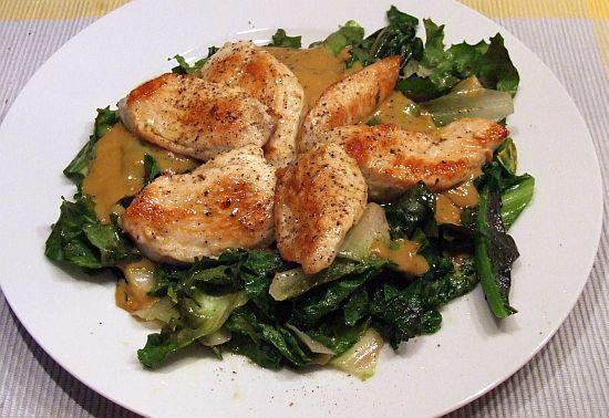 Foto: Hähnchenbruststreifen auf gebratenem Salat und Senf-Honig-Dressing
