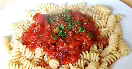 Foto: Pasta mit pikanter Tomaten-Speck-Soße