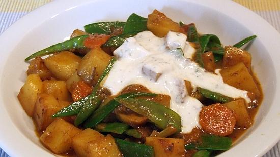 Foto: Kartoffecurry mit Zuckerschoten und Minz-Joghurt