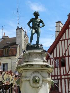 Bareuzai ou le vendangeur aux bas rosés à Dijon