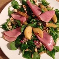 Feldsalat mit geräucherter Entenbrust, Bratapfelkompott und Haselnuss-Vinaigrette