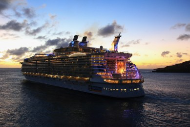 Allure_of_the_seas_night