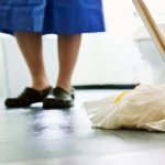¿Por qué a las feministas nos interesa quién limpia los baños?