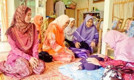 Many women in Malaysia wear brightly colored hijab./Photo by Taqirumi/flickr-CC