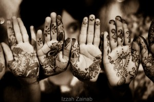 "On ""Chaand raat,"" the night of the moon, on the night before the Muslim festival of Eid, girls decorate themselves with intricate designs of henna and wear bangles./Photo by Izzah Zainab/flickr-CC"