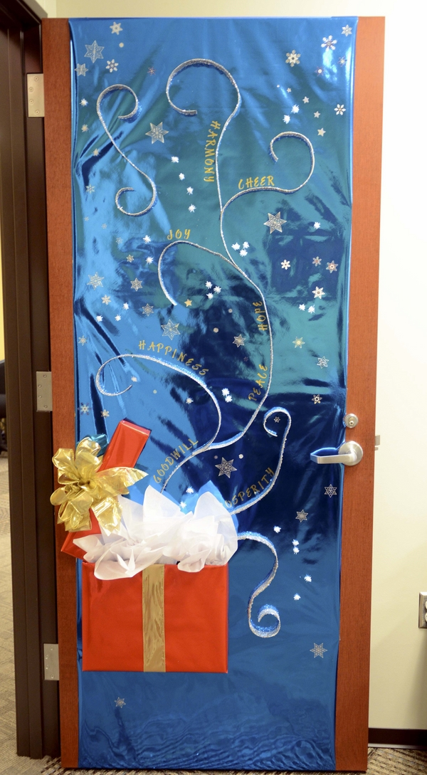 Christmas door decorations – ideas for the front and  ~ 063522_Christmas Decorating Ideas For Inside Doors