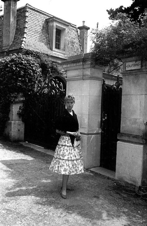 """Brigitte Bardot en 1956, pendant le festival de Cannes, devant la villa """"Californie"""" a Cannes que Picasso a achetee en 1955 et ou il a installe son atelier --- Brigitte Bardot outside villa """"Californie"""" in Cannes (Picasso's property) in 1956 during Canne sfestival"""