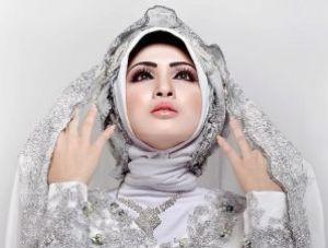 Wanita Memakai Jilbab Pashmina