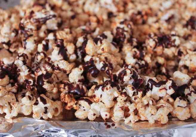 vegan-dark-chocolate-chipotle-popcorn-4