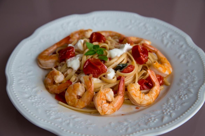 Spaghetti com camarões, tomate confitado e burrata