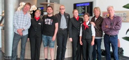 Die Rezeptionistinnen Anja Kruse und Theresa Eberhardt sowie Praktikantin Anja Schneck (von links) vom Dorint Airport-Hotel Stuttgart stellen sich mit der legendären Rockband Status Quo zum Gruppenfoto auf.