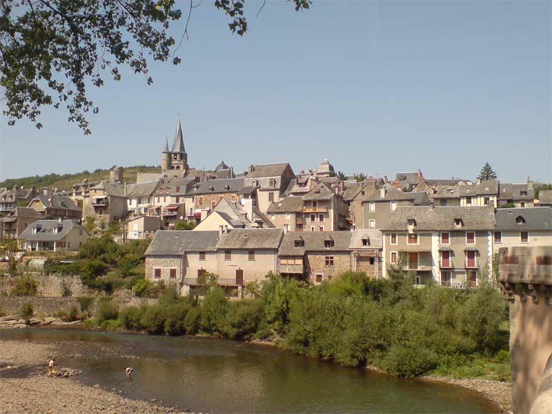 Saint-Côme-d'Olt-dorp-frankrijk-kerk-lot-rivier