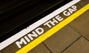 Mind-the-Gap-sign-on-the-008