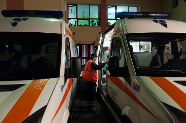 Dr. George Carniciu verificând ambulanța - Fotoreportaj: 15 ore pe ambulanță