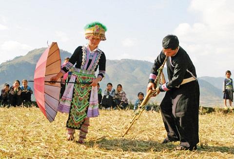 múa khèn trong ngày hội hoa đào