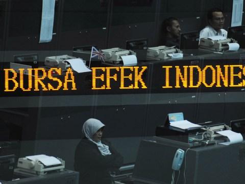 Sejumlah pialang mengamati pergerakan saham di Bursa Efek Indonesia (BEI) Jakarta, Senin (12/7).
