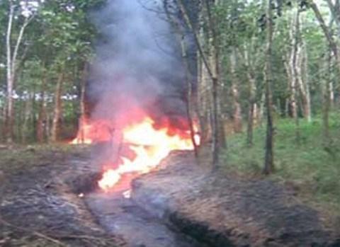 Kebakaran dan kerusakan lingkungan akibat penambangan minyak ilegal di Sumatera Selatan.
