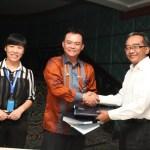 Direktur Utama PLN, Nur Pamudji (paling kanan) usai menandatangani kontrak EPCI, operasi dan pemeliharaan (O&M) fasilitas CNG Gresik – Lombok.