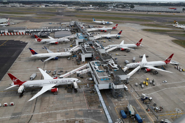 Aviões da Virgin Atlantic e da Delta Airlines no terminal 3 do aeroporto de Heathrow, em Londres