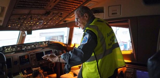 Azriel Blackman checa as condições de um avião