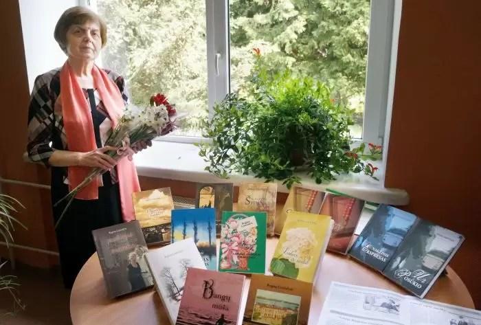 Rašytoja prie savo knygų