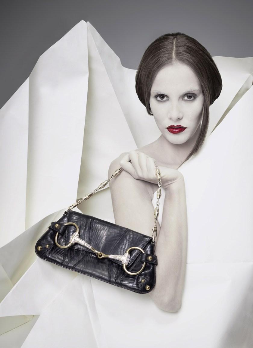 Bolso Dior. Fotógrafo: Alberto G. Puras. Artista y estilismo: Auro Murciano. Maquillaje: Alicia Arenilla. Modelo: Angélica Moreno y Doble R. Estudio: Cienxcien Studio.