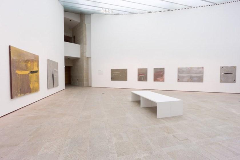 Vista de salas da exposición, con obras de la serie Naufraxio e Océano (1993-1995) Foto: cortesía ©MARCO Vigo/Enrique Touriño