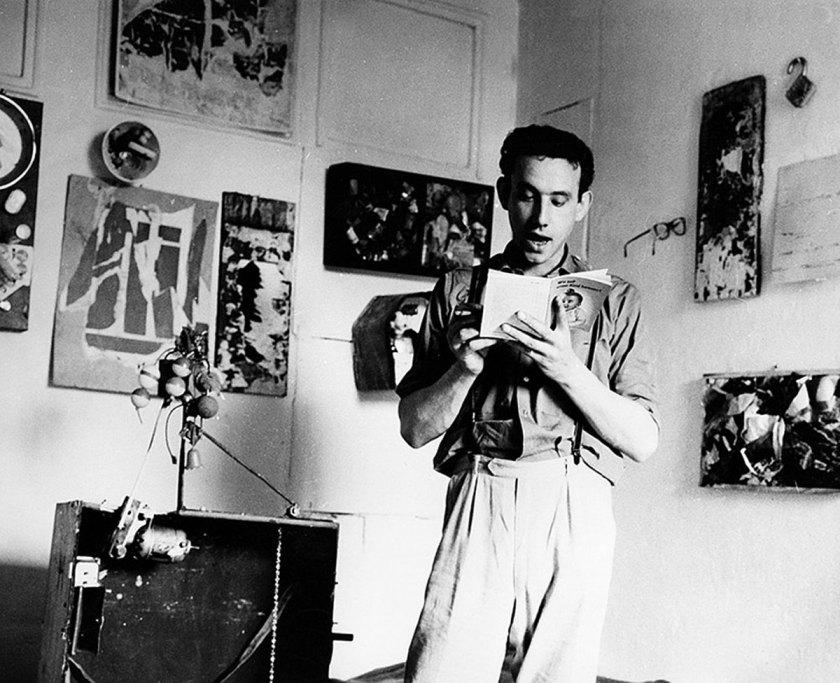 Daniel Spoerri führt den Koffer vor, 1961, © VG Bild-Kunst, Bonn 2017 und mumok, Museum moderner Kunst Stiftung Ludwig Wien, ehemals Sammlung Hahn, Köln, Photo: Vera Mercer