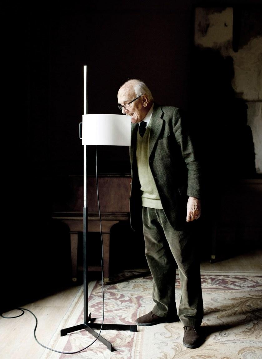 Miguel Milá y su lámpara TMC. 1961 para Santa&Cole. Foto: Poldo Pomés