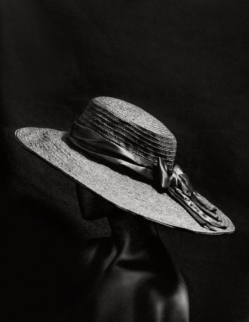 Hat between 1913 and 1915 Black braided straw, black silk satin ribbon Paris, musée des Arts décoratifs © Julien T. Hamon