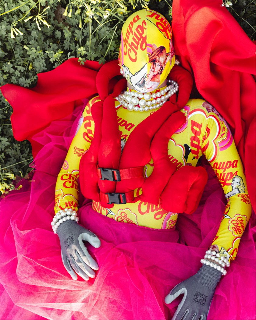 SALVAVIDAS. Mono estampado y máscara a juego con falda de tul con chaleco. Perpetua Collection. © Genís Betrian. Foto: Carme Masip