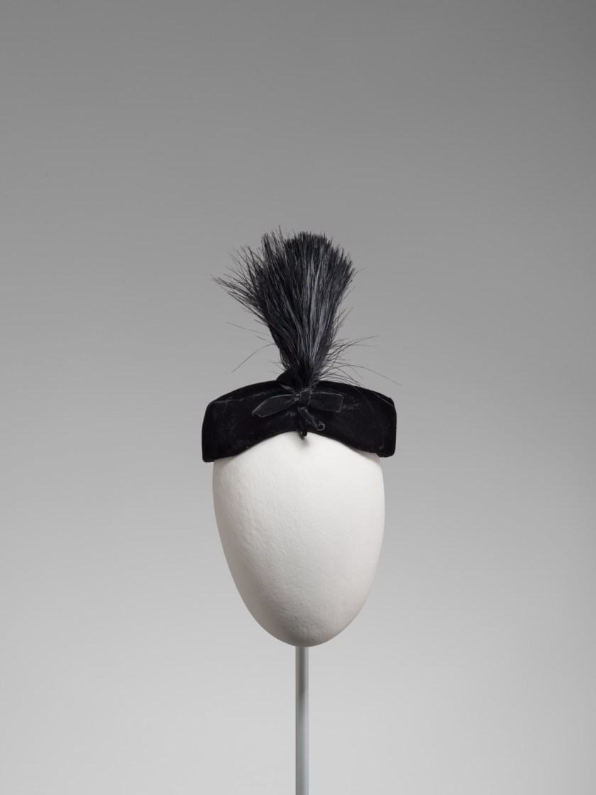 el-sombrero-balenciaga-el-complemento-perfecto-04