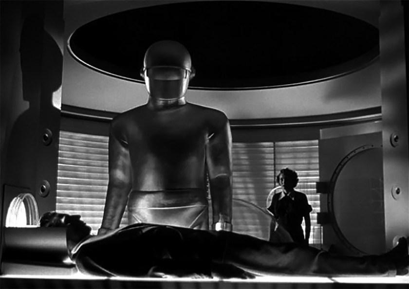Gort, el robot protagonista, es de grandes dimensiones y parece estar construido a partir de una sola pieza de metal flexible, efecto que se conseguía utilizando dos trajes diseñados por Perkins Bailey (uno con la cremallera detrás y otro con la cremallera delante).