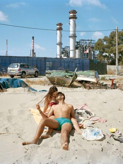 """San Roque, de la serie Perfect Day, 2005-2020  © Txema Salvans   La """"tragedia de los bienes comunes"""" describe una situación en la cual varios individuos, motivados por el interés personal y actuando racionalmente, terminan por destruir un recurso compartido limitado (el común), o sea el Mediterráneo, por tierra, mar y aire.  Somos herederos de la violencia de aquellos que nos precedieron, y el Mediterráneo ha sido profundamente agraviado, y sin embargo nos hemos adaptado.  Rozamos la distopía.  Según La Organización Mundial de la Salud, La Línea de la Concepción, cercana a la refinería de Gibraltar, tiene la peor calidad de aire de España."""