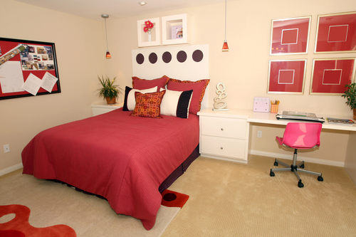teen bedroom decorated in tan and rust colors