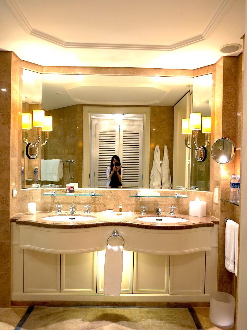 Four Seasons Hotel Singapore - Deluxe room bathroom