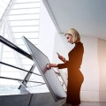 Innovación - Mujer en Pantalla Táctil