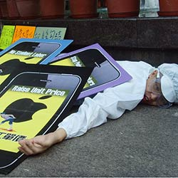 A Chinese protestor shows what he thinks of Apple's treatment of workers assembling iPhones. Credit: SACOM Hong Kong, FlickrCC.