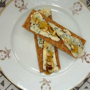 Gorgonzola with Emozioni truffle honey and pinenuts.