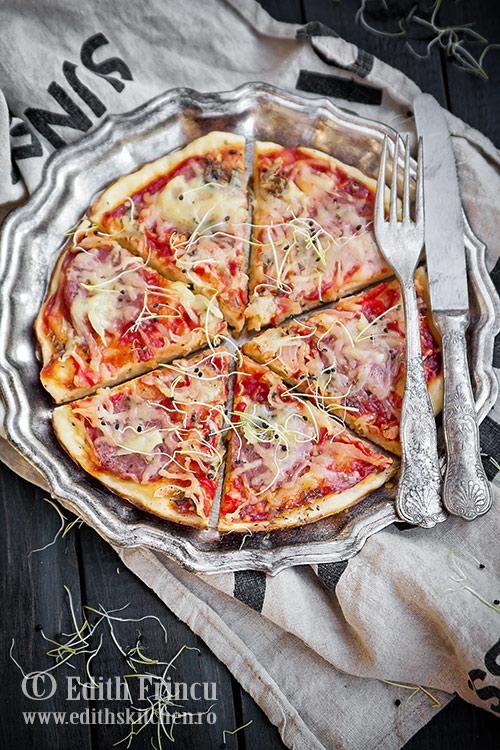 Pizza la tigaie cu ardei si ceapa
