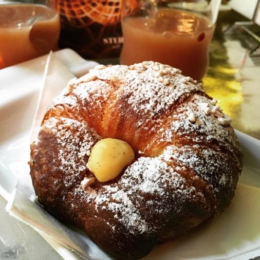caffè stern petit déjeuner croissant