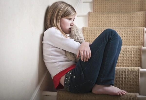 niña marginada Enseñar a los niños a afrontar los fracasos y la frustración