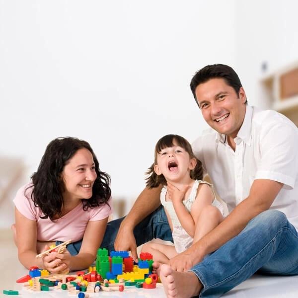 niña jugando padres Consejos para mejorar el ambiente familiar