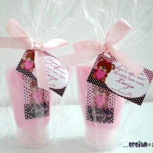 Bisnaga com loção hidratante + tag personalizada | embaladas em saquinho celofane com lacinho em fita de cetim | Lembrança nascimento Luiza