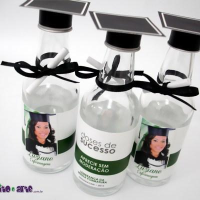 Garrafinha de vidro com barrete e diploma – 50ml
