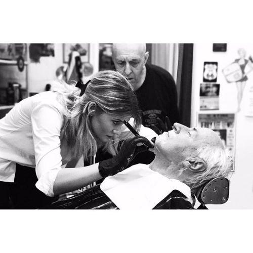 Idag har Josefin haft en extra lärorik dag då hon fått personlig guidning av självaste Hasse Klippare i Göteborg. Med över 45 års erfarenhet som barberare hade han ett och annat tips till en blivande barberare! #hasseklippare #barber #cutthroatshave