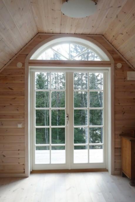 Utåtgående parfönsterdörr med wienerspröjs WSP4:1 och halvmåne fönster som överljus