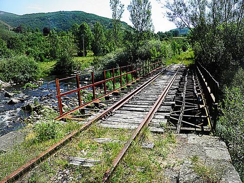 Imagen de uno de los puentes ubicados en el trazado Cubillos del Sil-Villablino (ponfeblinoexpress.blogspot.com.es)